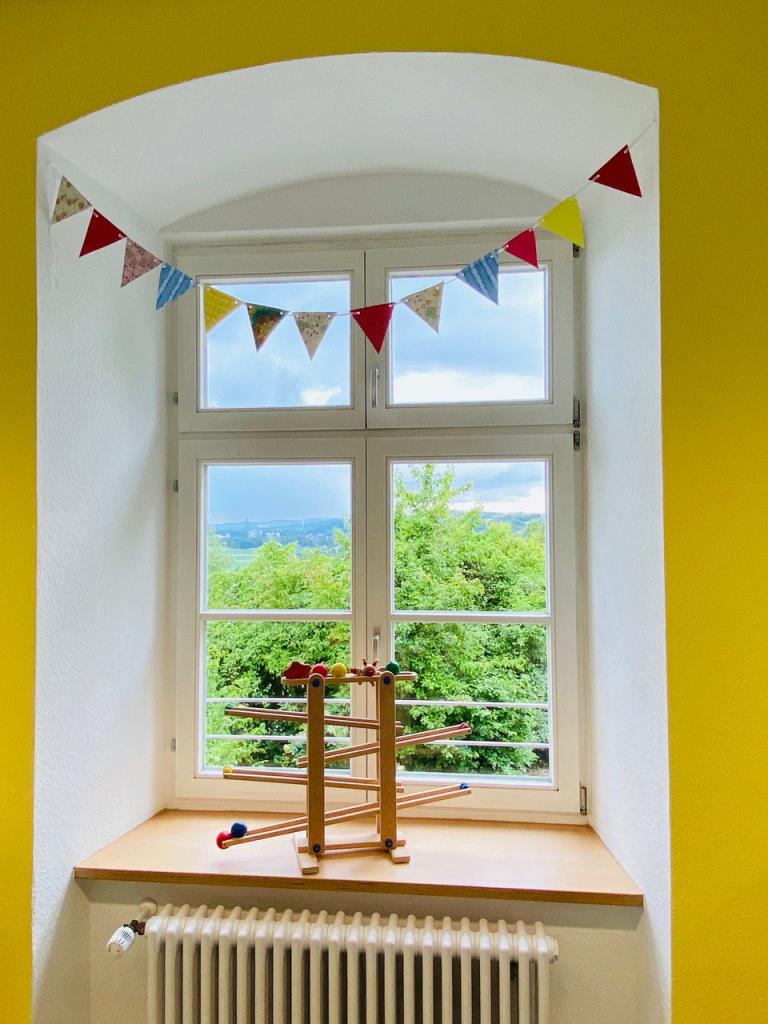 Fenster mit Kugelbahn